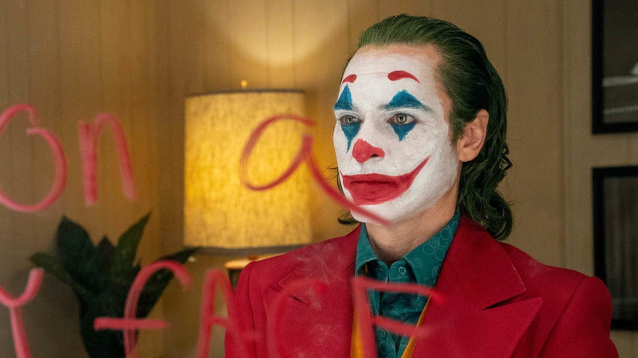 Joaquin Phoenix hraje Arthura Flecka neboli Jokera jako životem unaveného muže, který se stará onemocnou matku amarně sní okariéře stand-up komika.