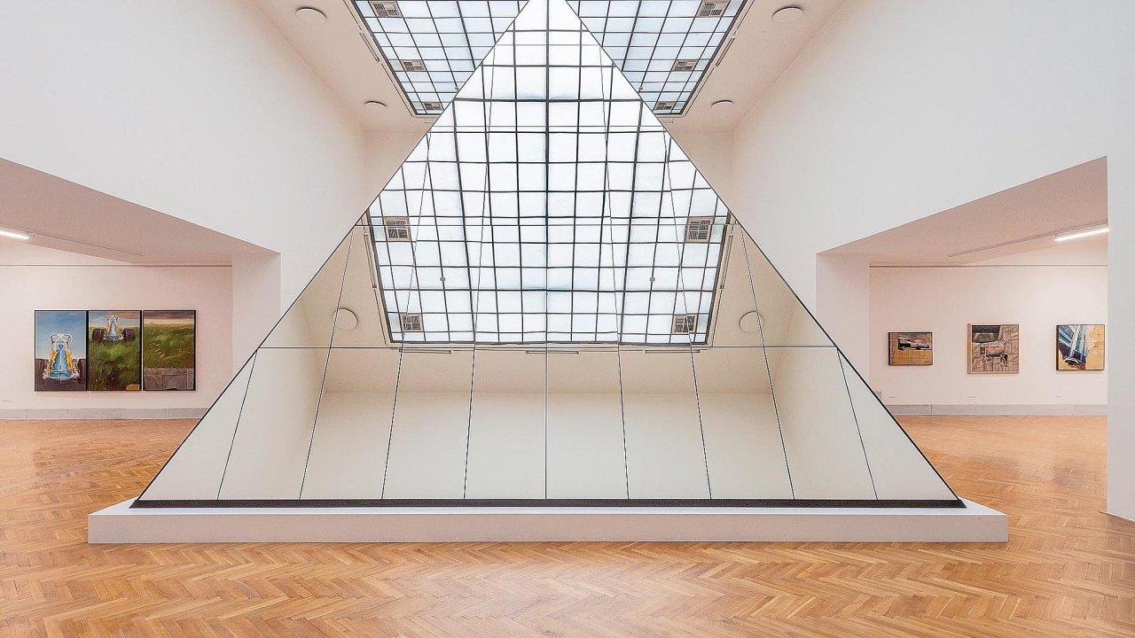 Jedním zvrcholů výstavy Theodora Pištěka je mysteriózní instalace Pyramida– Rozmluva sHawkingem. Vstoupit lze také do objektu Labyrint (Bludiště), kde divák uskutečňuje pouť k sobě samému.