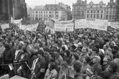 """Do generální stávky se v listopadu 1989 zapojili i zaměstnanci Škody Plzeň. V roce 1991 měla vytvořit společný podnik se Siemensem, nakonec ale její privatizace šla problematickou """"českou cestou""""."""