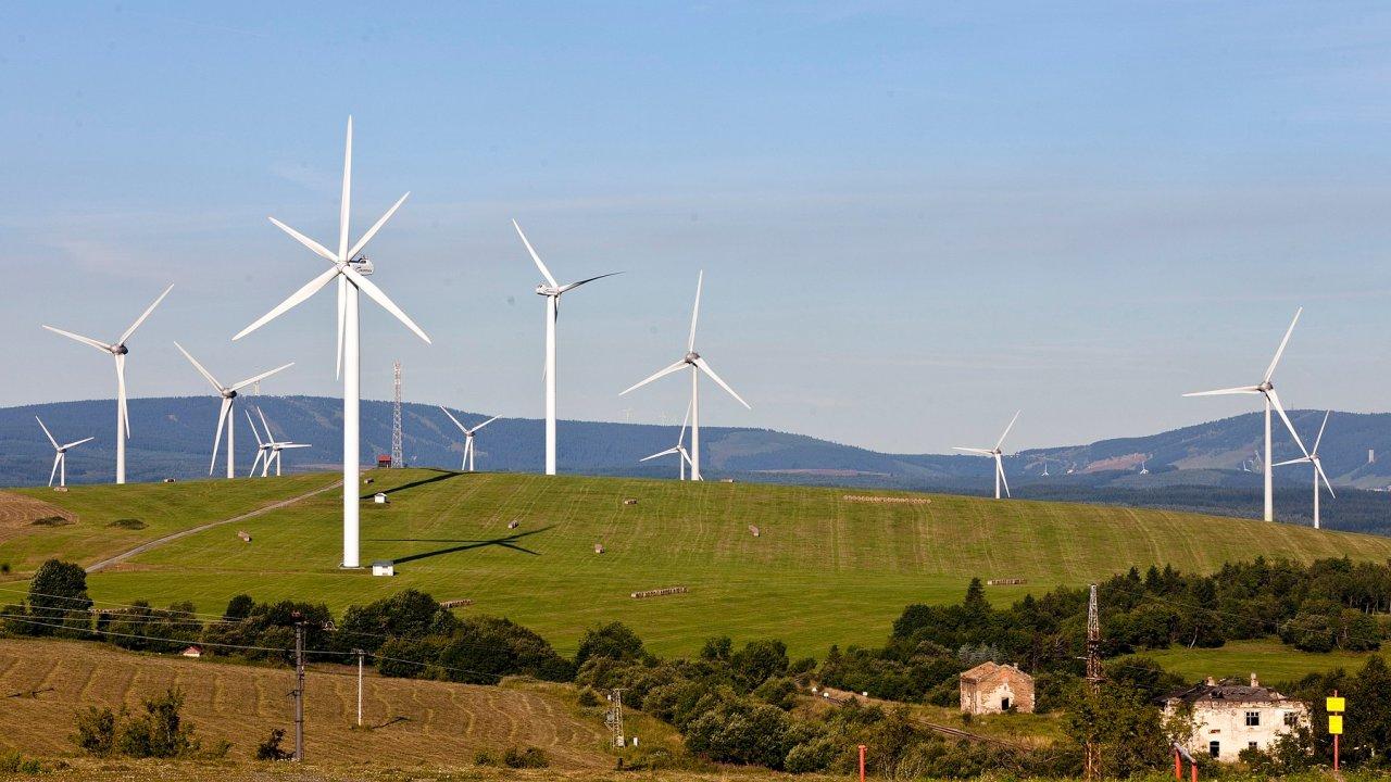Současný podíl zelené energie v Česku je zhruba 14,5 procenta. Na snímku větrné elektrárny Kryštofovy Hamry.