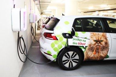 Vgarážích centrály Monety Money Bank vpražské Michli je aktuálně připraveno nabíjení až pro 150 elektromobilů. Dnes jich firma využívá zhruba 70, především pro cesty mezi pobočkami či zaklienty.