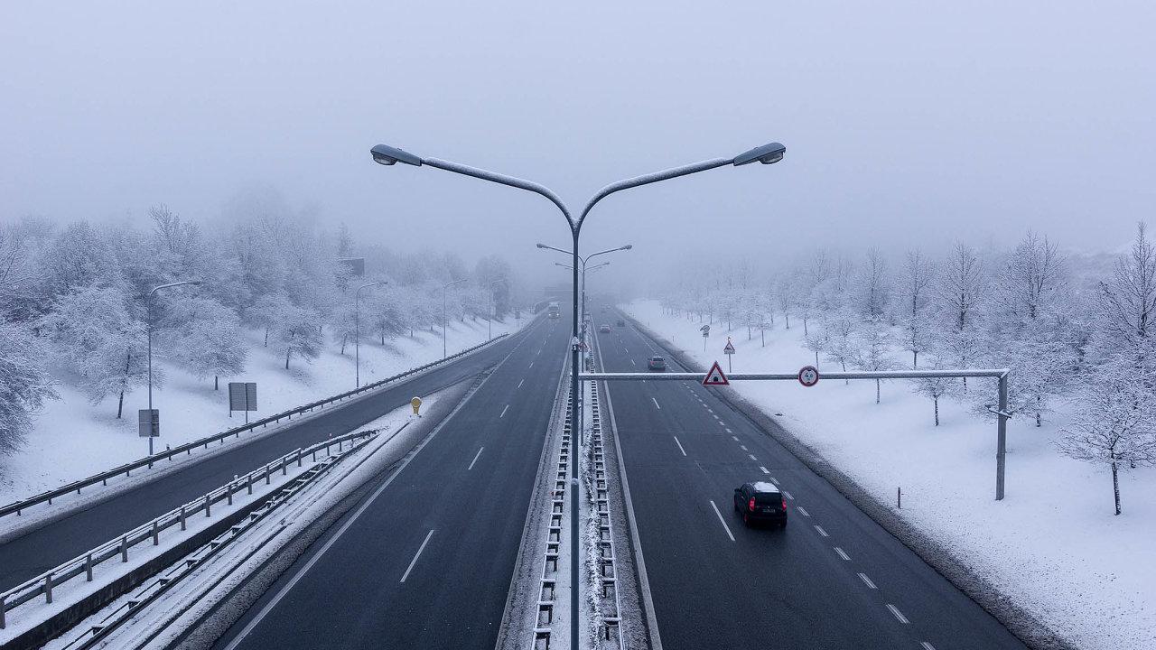 Konec lepení známek nasklo: Od1.ledna2021 musí Česko přejít naelektronický systém dálničních známek.