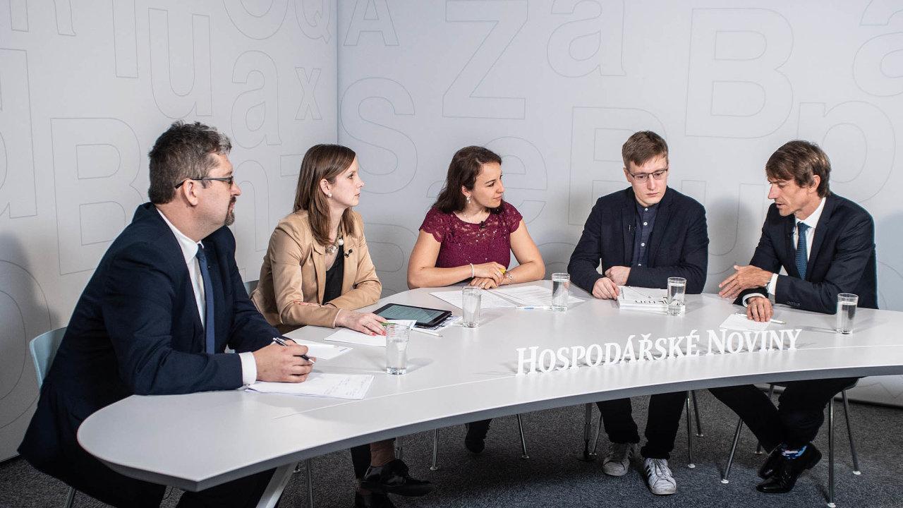 Debaty se zúčastnili zleva Luboš Zajíček, Karolína Dvořáková, David Chládek aJiří Deyl. Debatu moderovala redaktorka Hospodářských novin Zuzana Keményová (uprostřed).