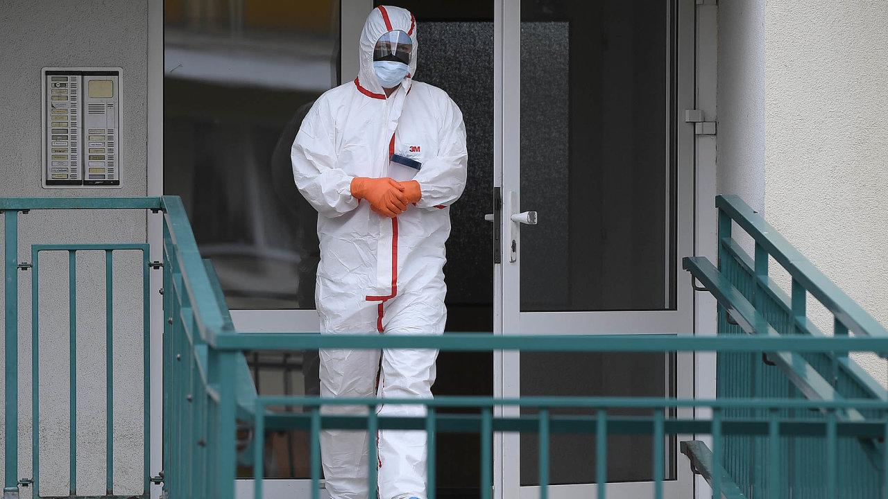 Vplném nasazení. Pracovník zdravotnické záchranné služby sbiologickým materiálem odebraným vjedné zdomácností vPraze je jedním ztěch, kteří vpandemii koronaviru stojí vprvní linii.