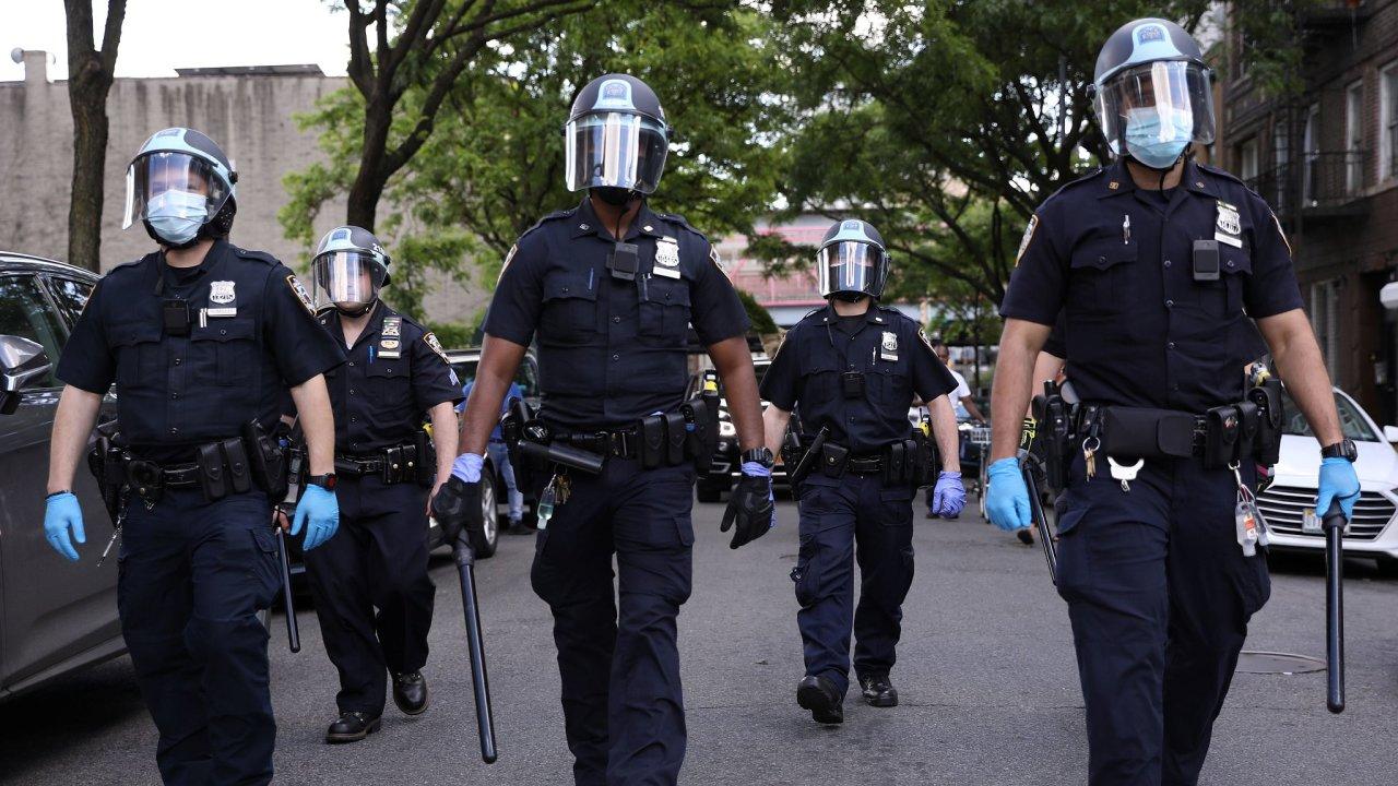 Newyorští strážníci při demonstraci po násilné smrti George Floyda při policejním zatýkání.