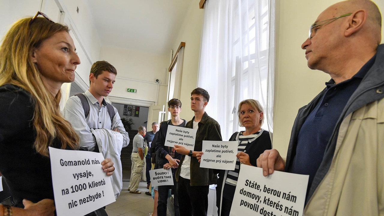 Před jednací místností soudu se v úterý sešla zhruba dvacítka členů družstva Svatopluk astransparenty protestovala proti tomu, že mají platit nájem zadomy, které si sami dokončili.