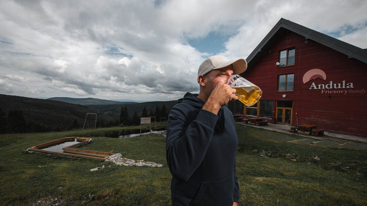Horské pivní putování Karel Polívka založil Krkonošskou pivní stezku před sedmi lety. Nasnímku stojí před penzionem Andula, kde otevřel Pivovar Fries.