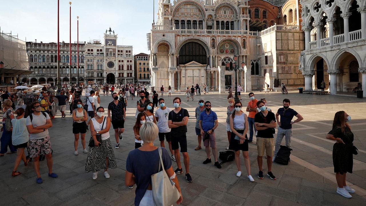 Jen srouškou. Domácí ituristé si už vItálii zvykli nosit roušky. Obzvláště natak frekventovaných turistických místech, jako je například náměstí Sv. Marka vBenátkách.