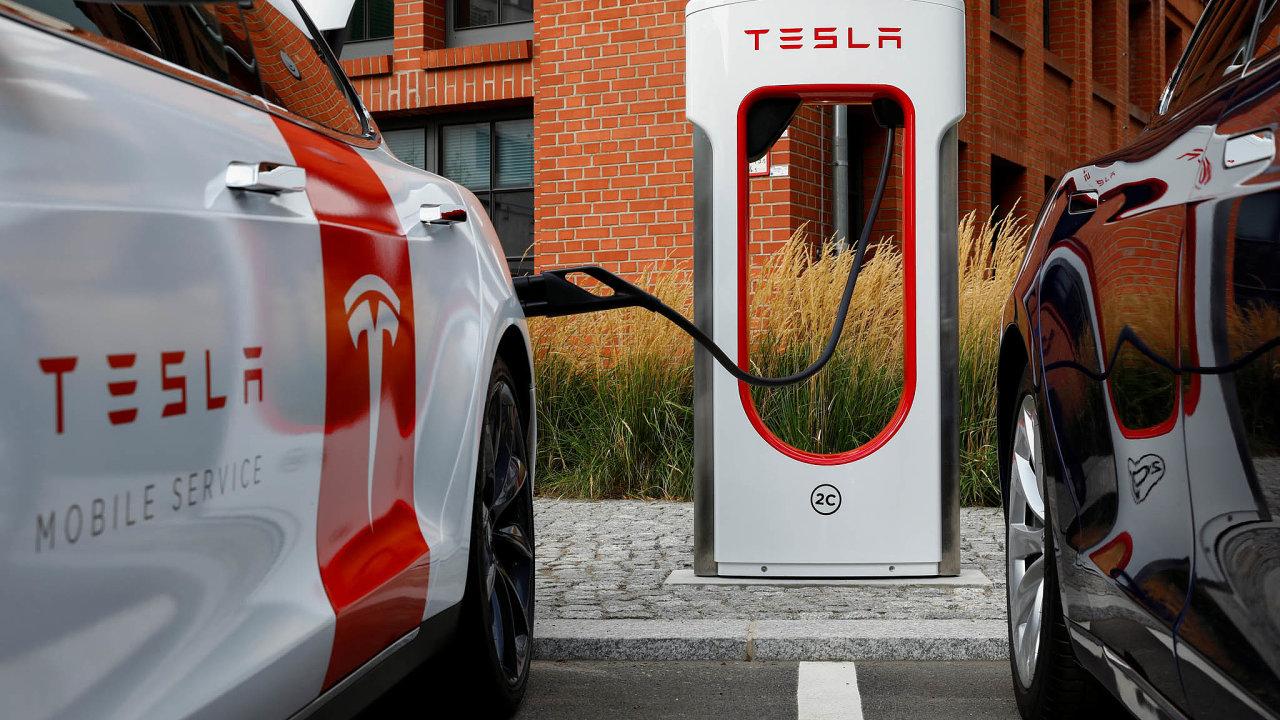 Módní Tesla: Současný symbol elektromobility potřebuje lithium. Poptávku zvedají idalší automobilky aenergetické firmy, které staví baterie pro skladování elektřiny.