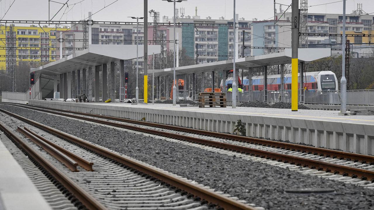 Cestující již mohou od prosince využívat novou stanici nedaleko stadionu vpražském Edenu. Stavbaři ale trať zatím neopustili, letos zprovozní přestupní terminál na Zahradním Městě.