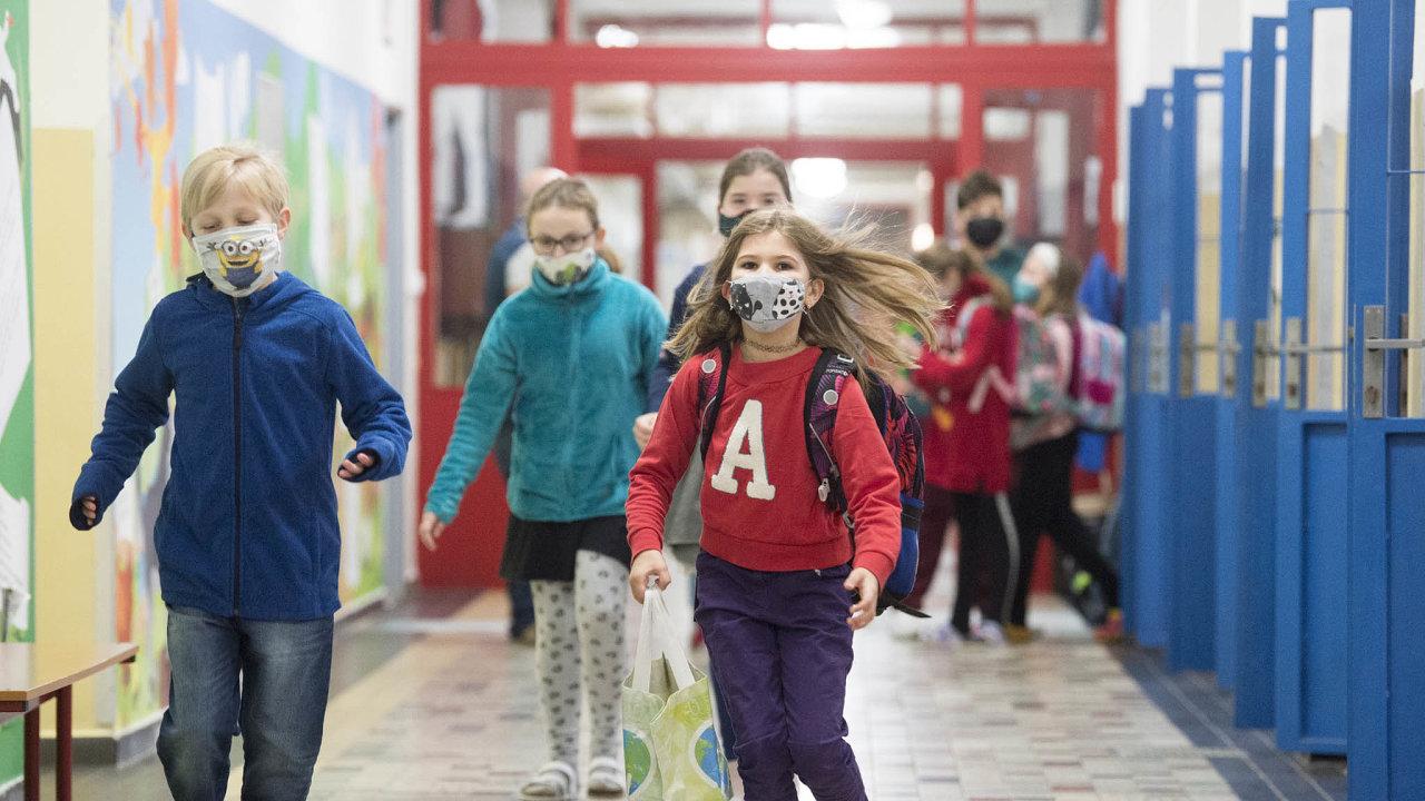 Do základních škol se mají 12. dubna vrátit žáci prvního stupně v rouškách, ve škole se budou točit po třídách, jeden týden výuka z domova, druhý ze školy.