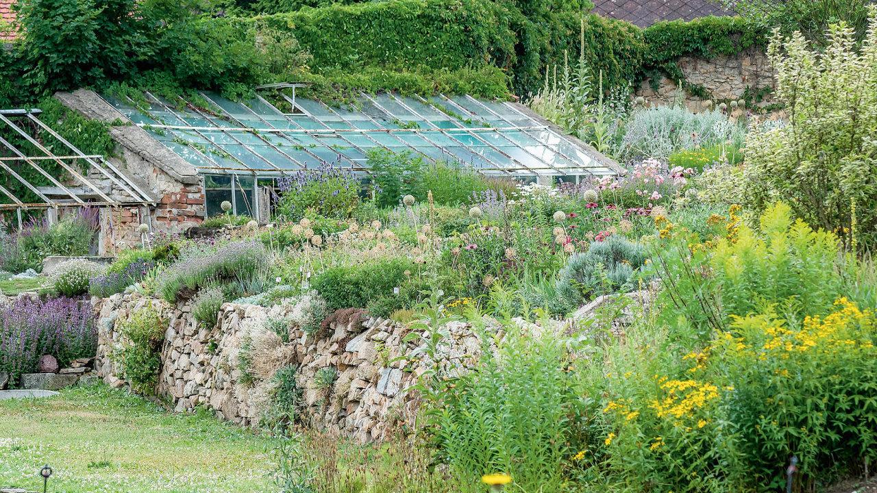 Vpřírodní zahradě se nepoužívají umělá minerální hnojiva, stejně tak pesticidy, herbicidy achemicképostřiky. Zapovězená je irašelina kúpravě půdy.