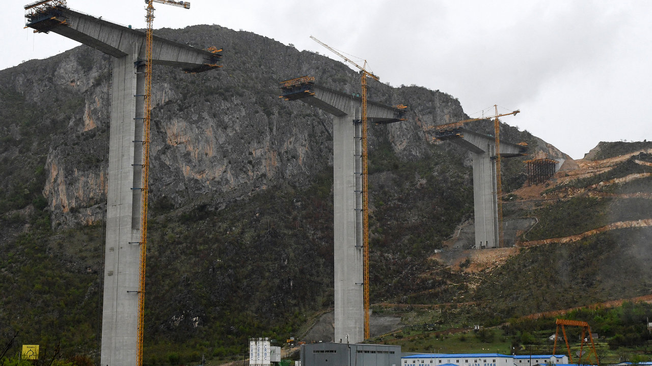 Čínska firma CRBC staví ve složitém horském terénu Černé Hory dálnici od pobřeží do hlavního města Podgorica. Snímek je z roku 2019, od té doby má stavba zpoždění.