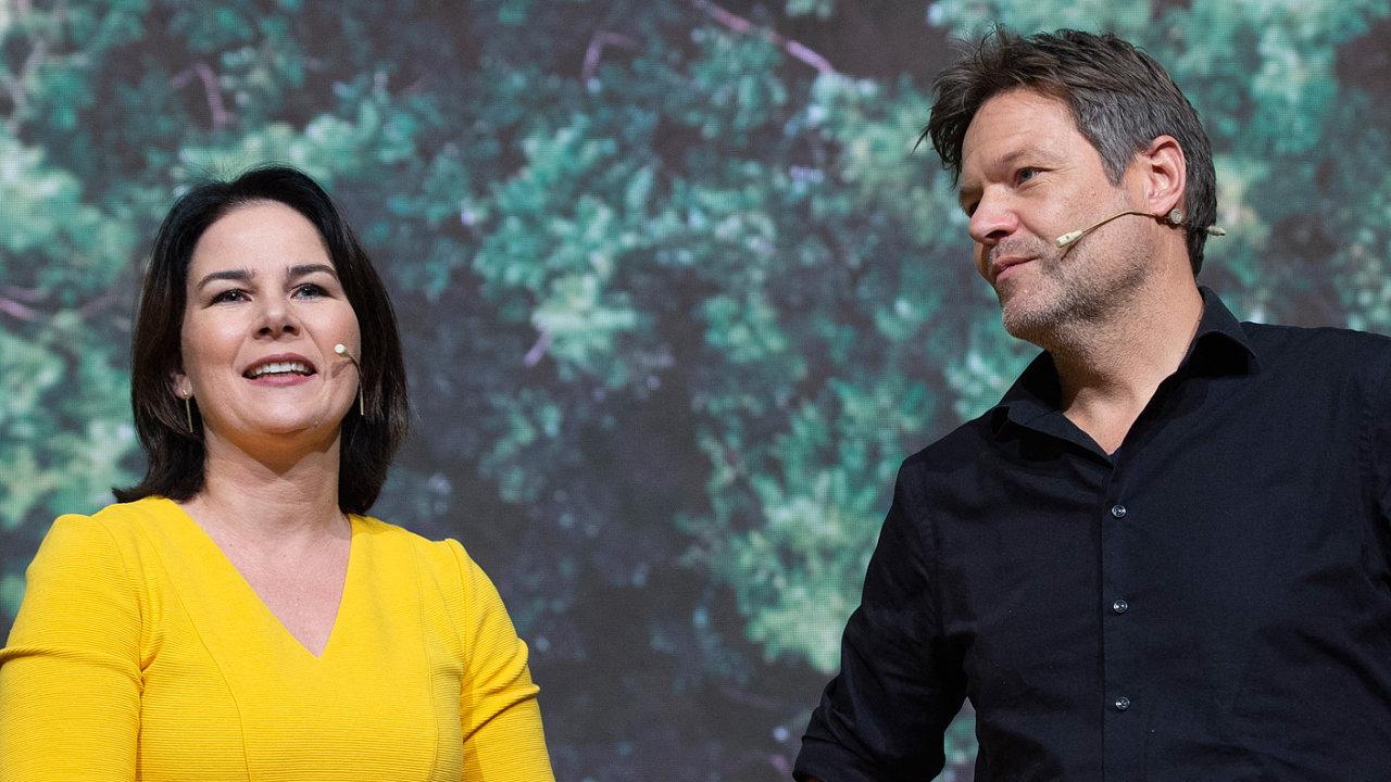 Spolupředsedové německých Zelených Annalena Baerbocková aRobert Habeck směřují khistorickému úspěchu vevolbách doSpolkového sněmu, Baerbocková má velkou šanci stát se novou kancléřkou.