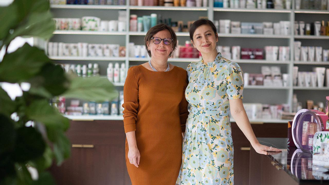 Nová pražská paralékárna La Pharmacie Francaise, kterou si loni vříjnu otevřely jako společný rodinný projekt doktorka Radka Středová ajejí dcera Adéla Chauville Středová.