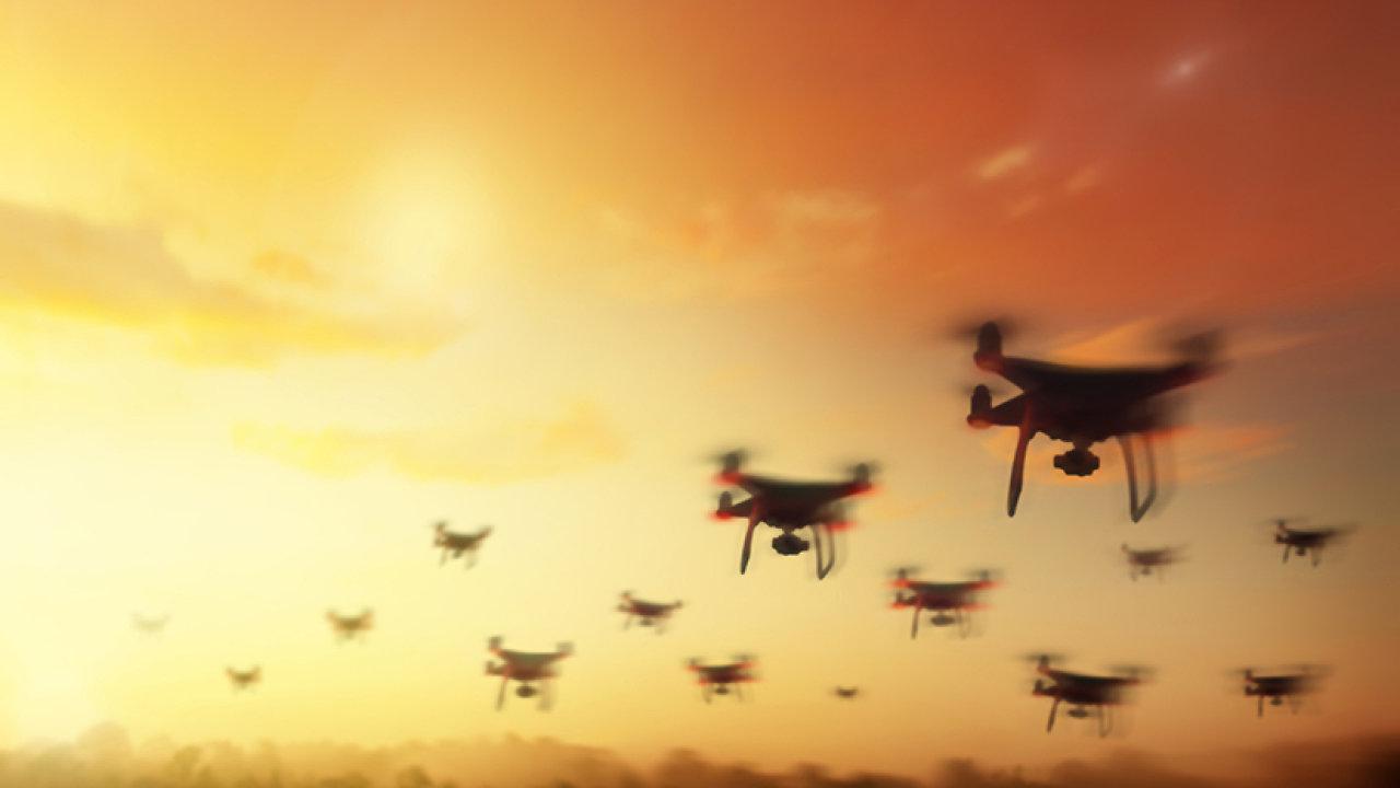 Vědci vybavili drony senzory, které strojům vmístech se slabým GPS signálem umožňují komunikovat podobně jako ptáci nebo světlušky.