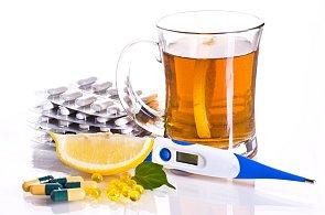 Na léky nespoléhejte. Nachlazení zažene citron a med, radí britští doktoři