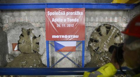 Tunel pro prodloužení linky A pražského metra je probourán. Dva obří razicí stroje prorazily 26. listopadu poslední úsek do stanice metra Dejvická.