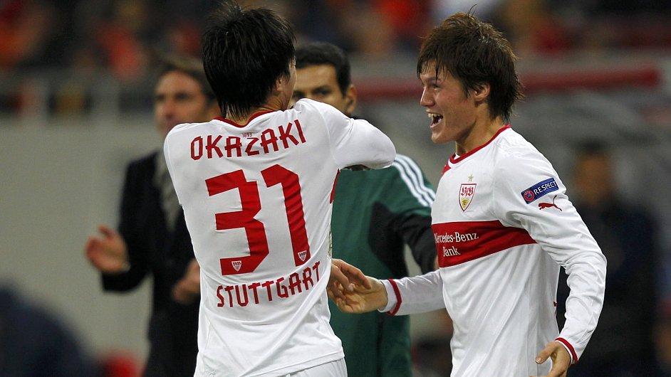Japonci Okazaki a Sakai se radují z gólu Stuttgartu.