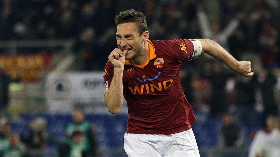 Francesco Totti slaví gól v derby proti Laziu