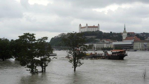 Bratislavsk� hrad nad rozvodn�n�m Dunajem