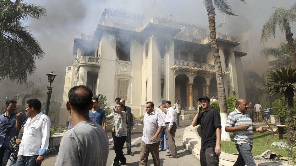Vládní budova po útoku stoupenců Muslimského bratrstva.