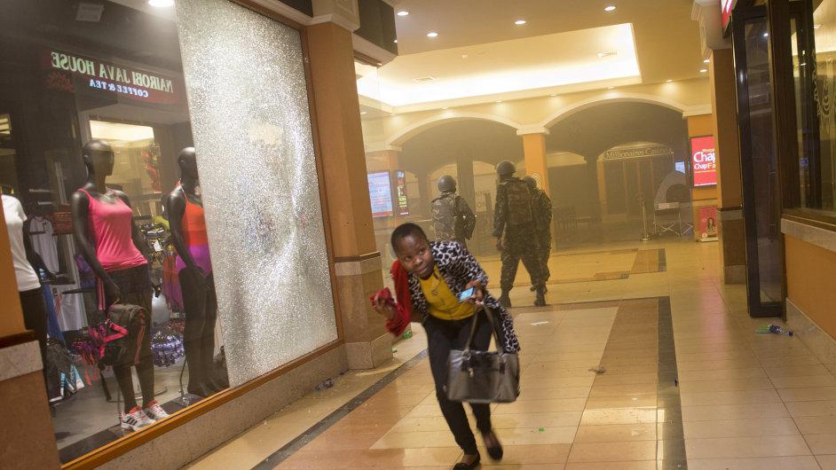 Žena utíká do bezpečí před výstřely islamistů v nákupním centru Westgate Mall