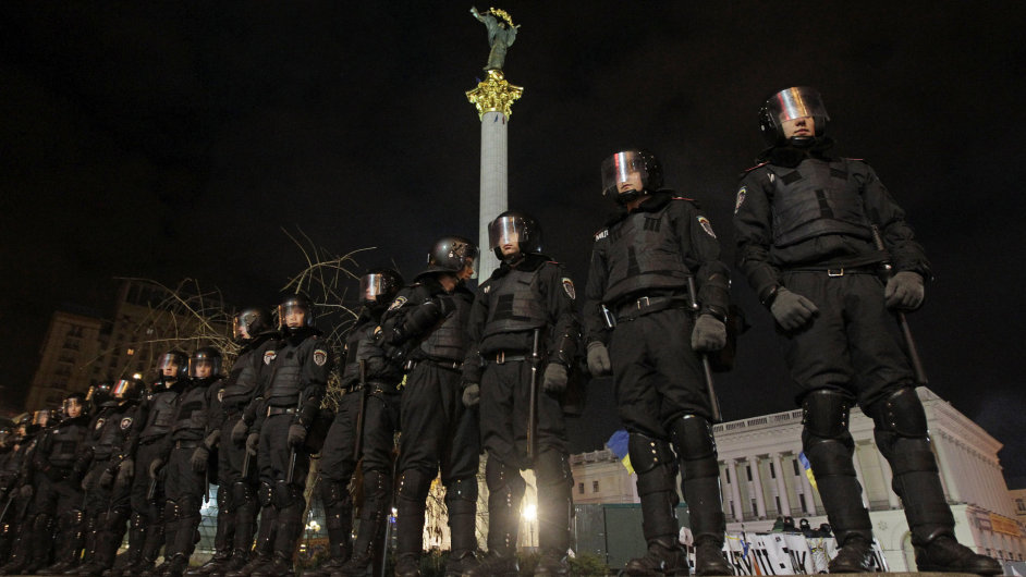 Ukrajinská policie blokuje přístup na náměstí Nezávislosti v Kyjevě.