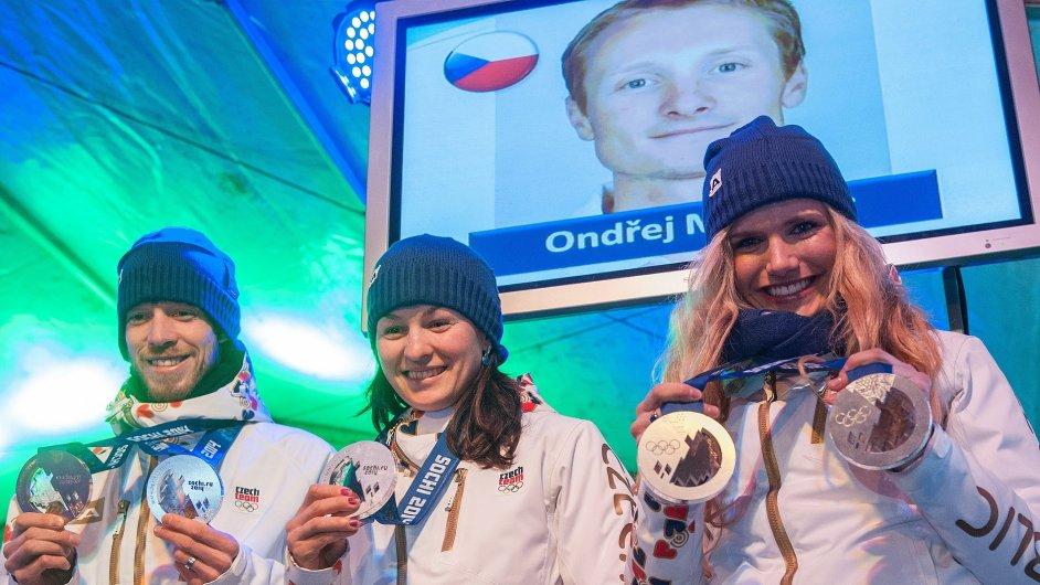 Biatlonisté Jaroslav Soukup, Veronika Vítková a Gabriela Soukalová s olympijskými medailemi po návratu ze Soči