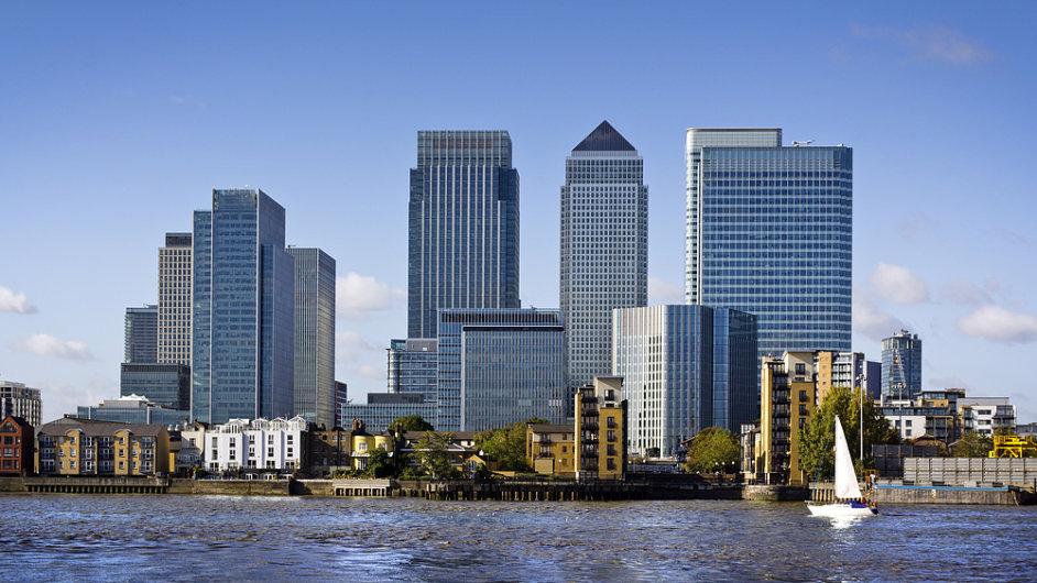 Londýnské bankovní centrum Canary Wharf (Mrakodrap 1 Canada Square, ve kterém sídlí i startupové 39th level, je na snímku uprostřed s tmavou špičkou)