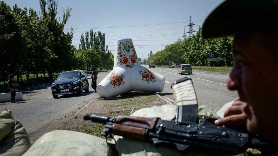 Ukrajinský voják na kontrolním stanovišti u Mariupolu
