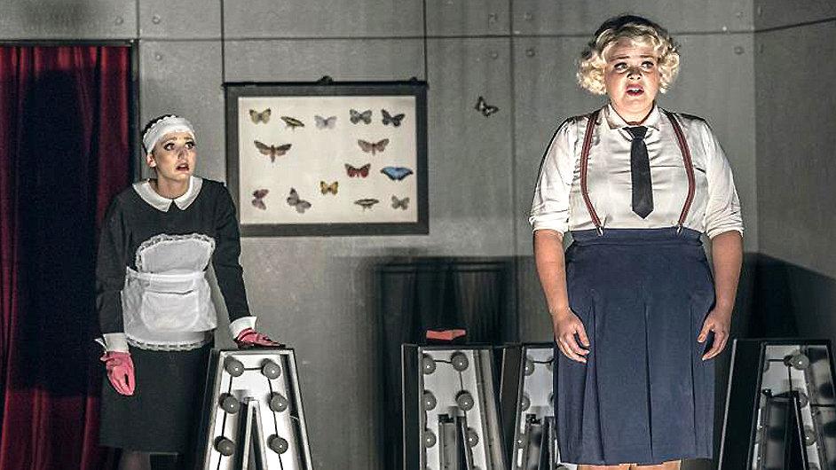 Eva Burešová a Lucie Polišenská v inscenaci Noční motýl.