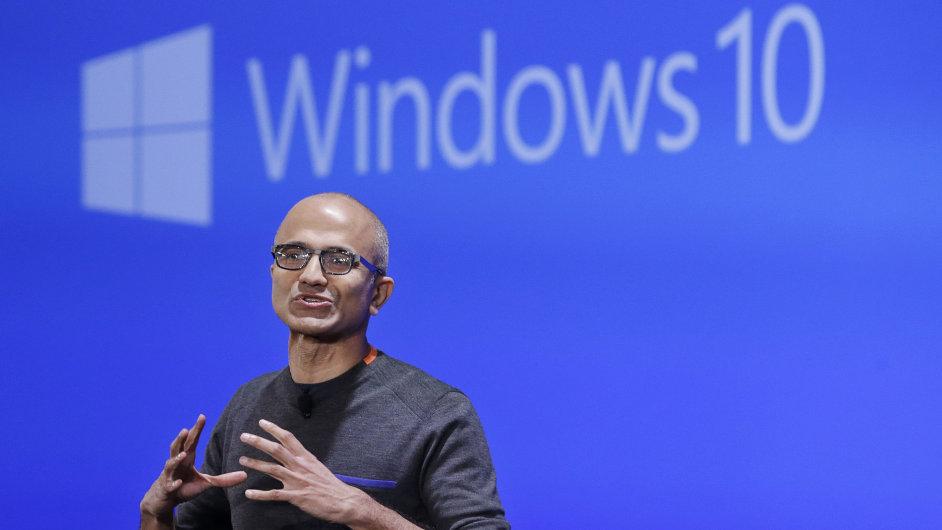 Šef Microsoftu Satya Nadella představuje nové prvky Windows 10.