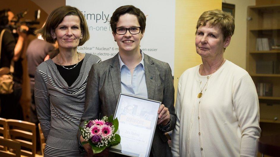 Jana Havlová, vítězka stipendia Cochlear, s maminkou a babičkou