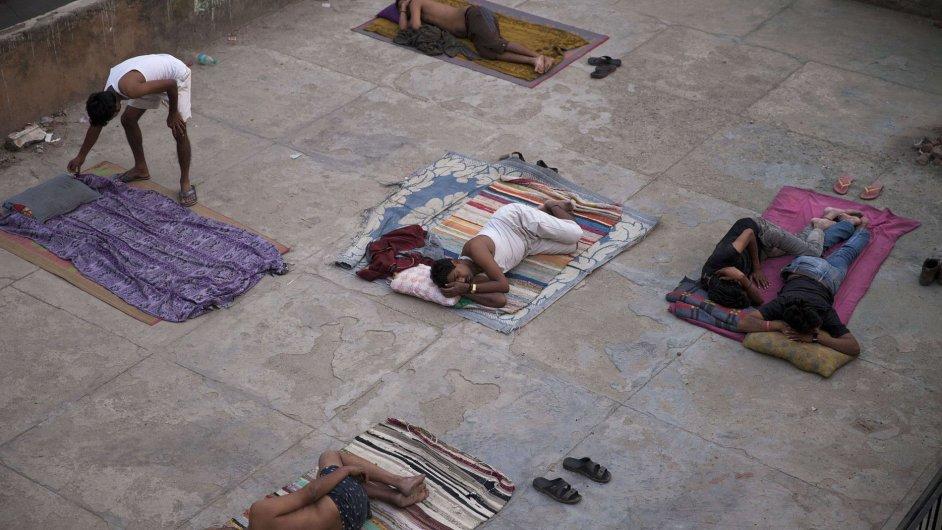 Indové spí v Novém Dillí na střeše, aby se alespoň v noci ochladili pod širým nebem.