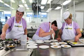 Nejlepší školní obědy mají v Otrokovicích. V celostátní soutěži kuchaři zabodovali s burgerem z králičího masa
