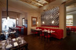 Dekadentně pojatá restaurace Adore dává francouzským specialitám asijský šmrnc