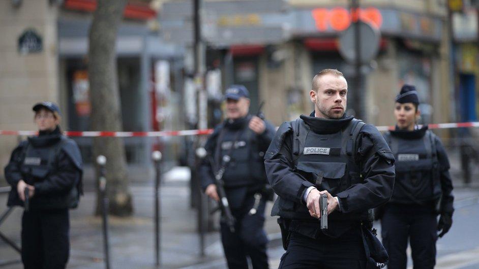 Policisté zajišťují okolí střelby na severu Paříže.