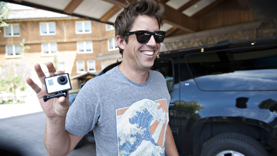Zakladatel a CEO firmy Nick Woodman s kamerou GoPro.
