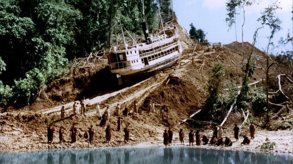 Parník z filmu Fitzcarraldo přes kopec přenášela skupina peruánských komparzistů.