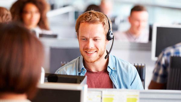 V�t�ina personalist� uzn� t�eba i brig�du ve fastfoodu nebo v call centru - Ilustra�n� foto.