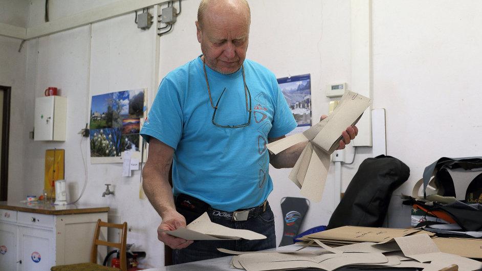 Výroba batohů a outdoorového vybavení ve firmě Doldy v Machově na Náchodsku.