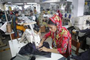 Roboti přeberou většinu pracovních míst v textilkách. Výroba oděvů se poté vrátí do vyspělých zemí