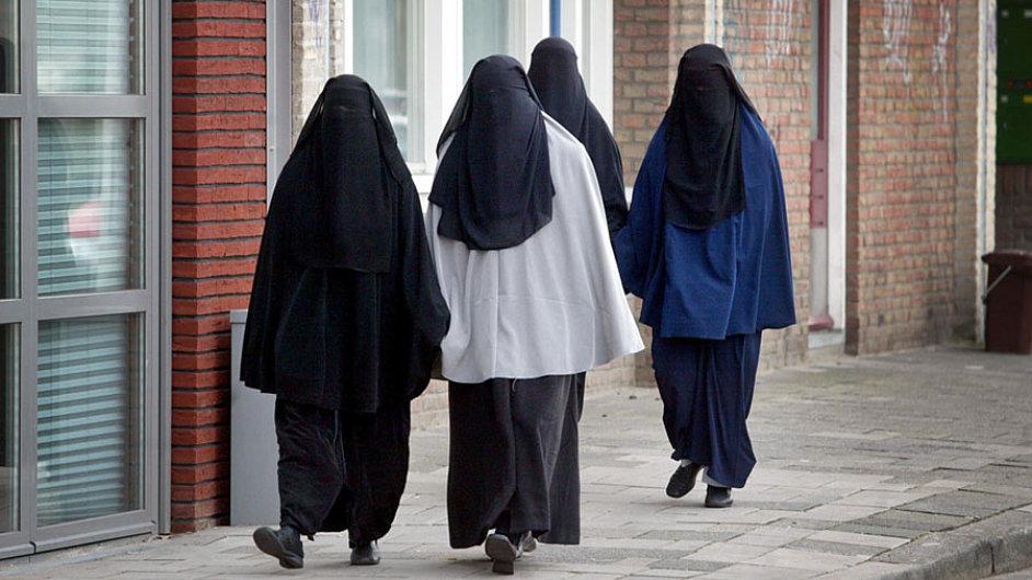 Burky a nikáby jsou oděvy, které ženám zakrývají celé tělo.