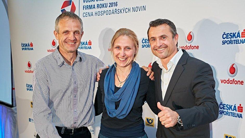 Vítězové krajského kola - zleva: Pán za T-MAPY, Lucie Ernstová a František Janček.