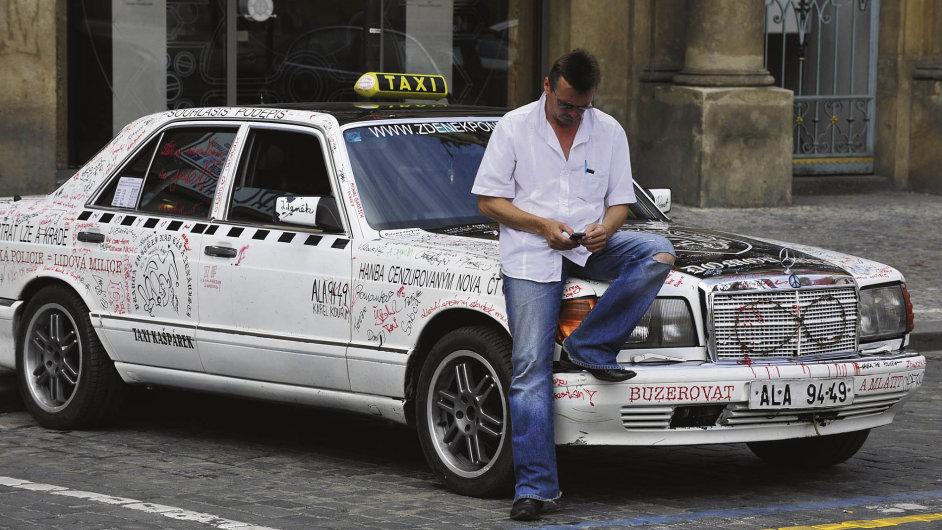 Jedním zobžalovaných je taxikář Zdeněk Ponert, který dlouhodobě bojuje zato, aby mohl jezdit za90 korun zakilometr místo nejvýše 28 korun, jak stanovuje vyhláška.