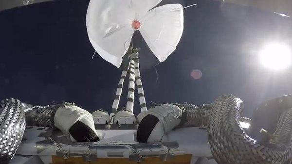 Boeing_testuje_novy_padakovy_system_pro_raketoplany.png
