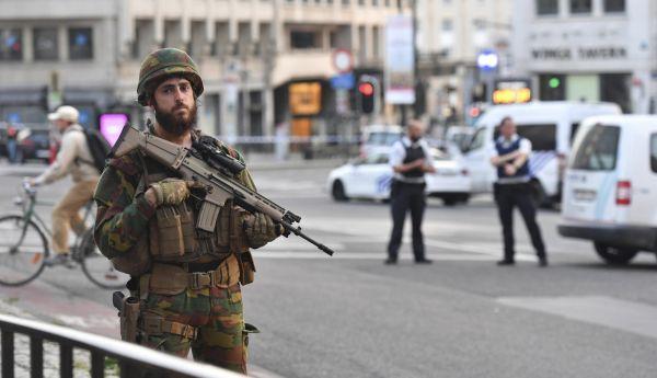 Belgický voják hlídkující poblíž bruselského nádraží krátce po incidentu.