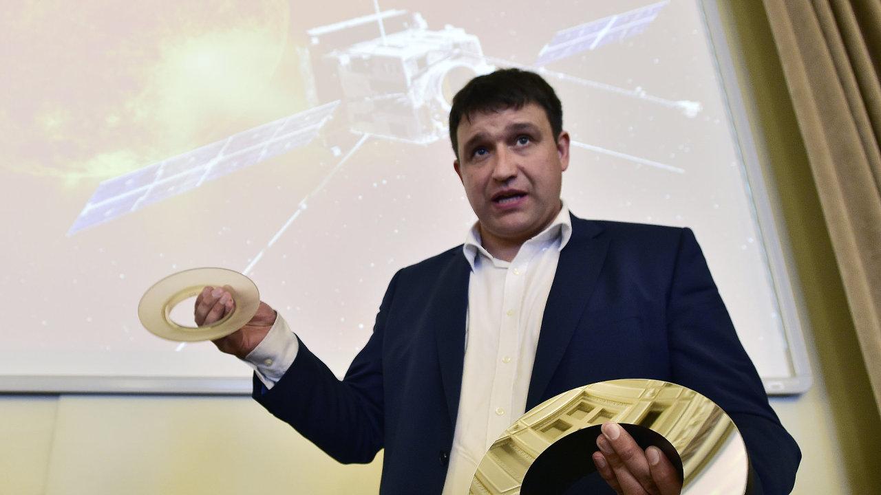 Ředitel laboratoře centra TOPTEC Vít Lédl ukazuje hlavní zrcadla M1 a M2 k přístroji METIS.