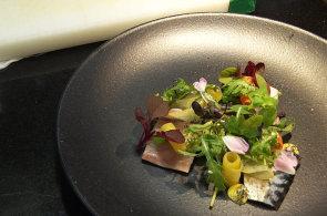 Podívejte se, jak v restauraci Le terroir připravují uzenou makrelu